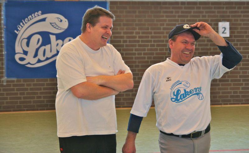 Umpire Torsten Bock und Coach Michael Harder hatten sichtlich eine Menge Spaß