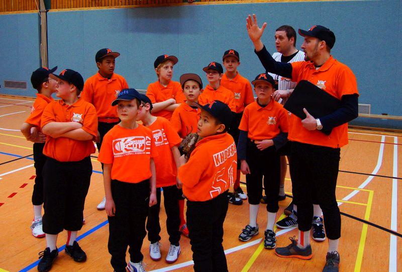 Coach Tobias erklärt seinen Little Sharks aus Marl die Groundrules in der Halle
