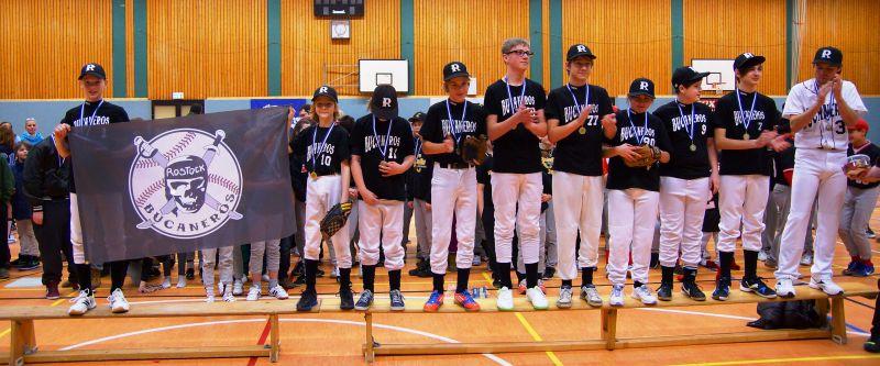 Die Rostock Bucaneros mit Flagge bei der Siegerehrung nach einem erfolgreichen Turnier